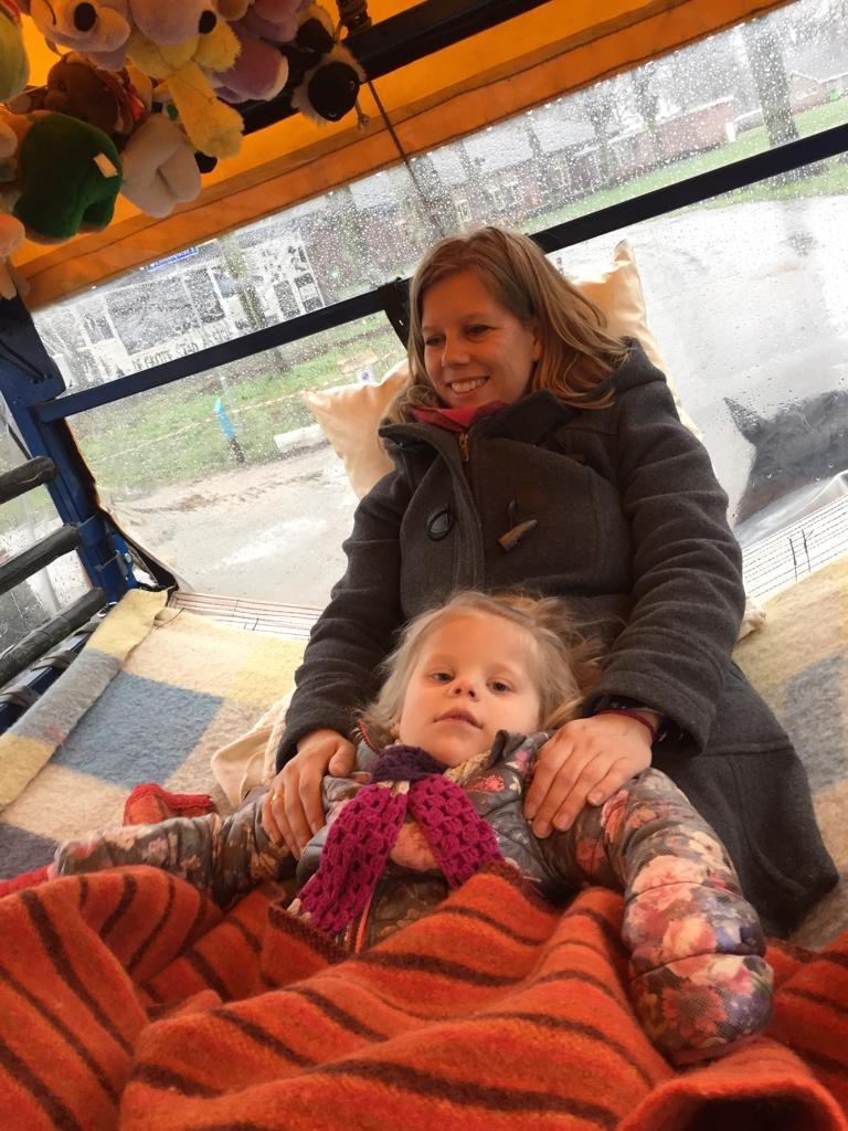 Susanne met dochter Mette samen op een huifbed, dat wordt voortgetrokken door 2 paarden